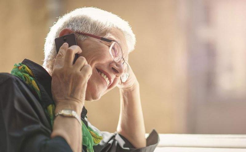 mujer llamando a tarot por telefono